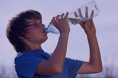 نشانه های کمبود آب بدن,عوارض کم شدن آب بدن,علائم کم آبی بدن